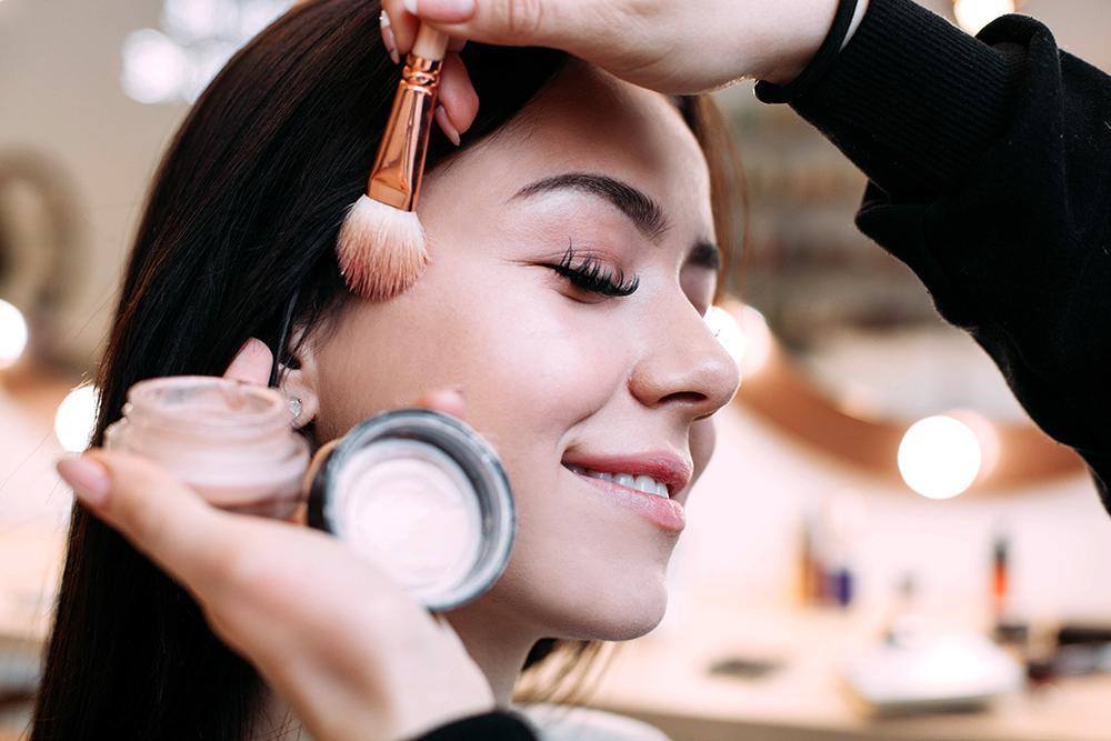 Tren Make Up 2018: Bagaimana Cara Memilih Highlighter Sesuai Kulit Wajah Namun jika ingin lebih detail lagi, untuk tren make up yang sedang digandrungi saat ini adalah penggunaan highlighter